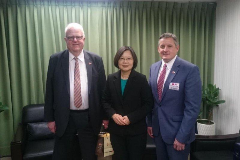 民進黨總統當選人蔡英文主席(中)4月接見美國眾議員單勃納(Jim Sensenbrenner, 左)與魏德曼(Bruce Westerman, 右),就台美關係、經貿發展與TPP進行討論。(民進黨中央提供)