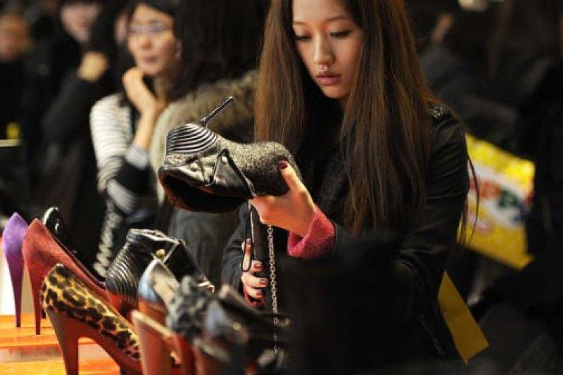 在經濟放緩、金融情勢大為收緊之下,中國消費者掏錢的意願明顯縮水,中國政府因此急忙應對、推出刺激政策。(圖片來源:取自推特)