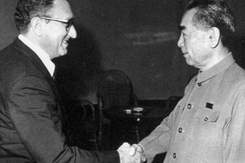「國際社會本就如此,只看共同利益,並無道義可言,當年為了拉攏北京,季辛吉可以罵美軍愚蠢無底限⋯⋯」圖為季辛吉(左)會見周恩來。(取自維基百科)