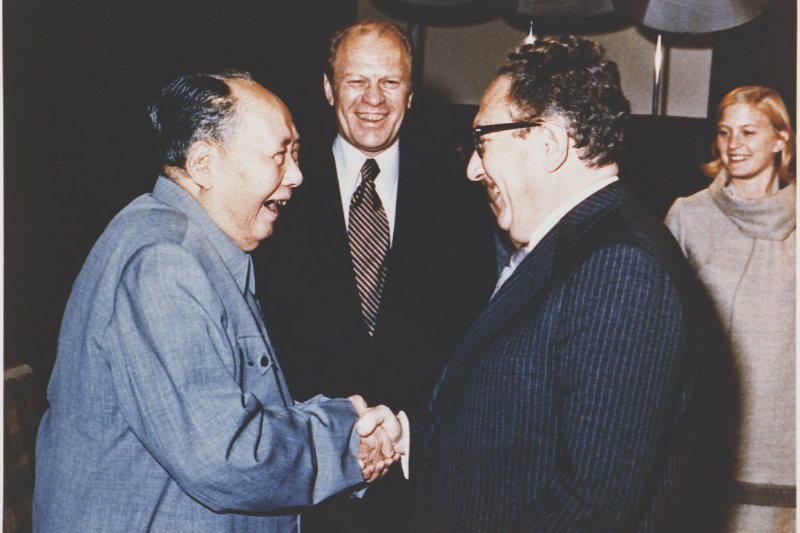 季辛吉1975年12月1日訪問中國,與毛澤東握手。(取自維基)