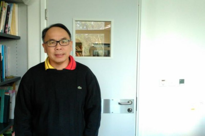 香港大學香港賽馬會防止自殺研究中心總監葉兆輝說:「香港人生活忙碌,未能注意到(老人家輕生的)先兆。」(BBC中文網)