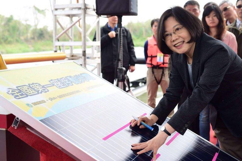 準總統蔡英文18日出席浮動型太陽能光電設施啟用典禮,稱讚台灣的再生能源發展有技術、有創意,也有天然條件,只缺政府的決心。(取自蔡英文臉書)