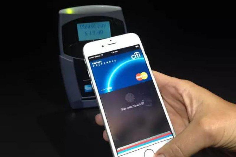 虛擬銀行卡會在手機靠近POS機台後出現在螢幕上。(取自網路)