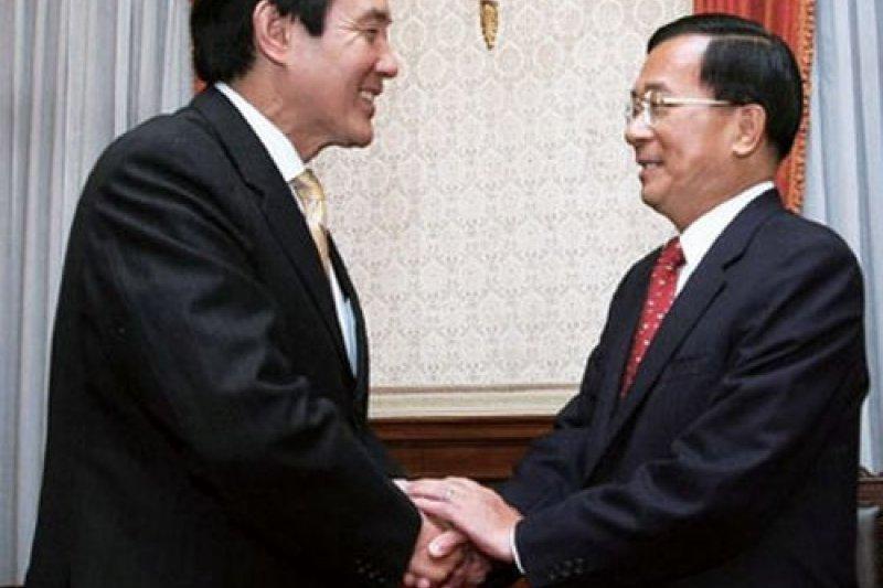 八年前,馬、扁總統交接,八後馬英九總統卸任準備出訪香港,陳水扁「保外就醫」中。(Getty Images)