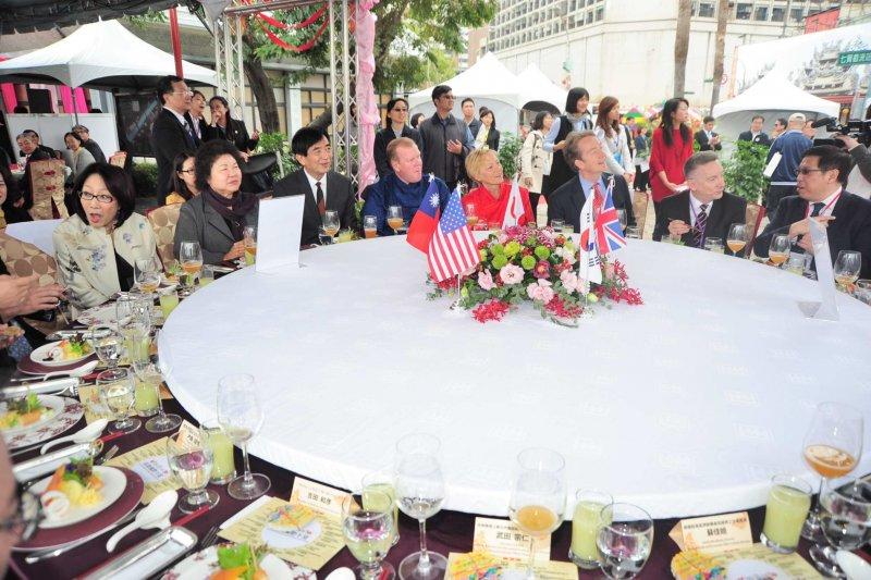 2016年高雄市國際午宴20日在愛河畔舉行,以在地小吃宴請各國貴賓。(高雄市政府提供)