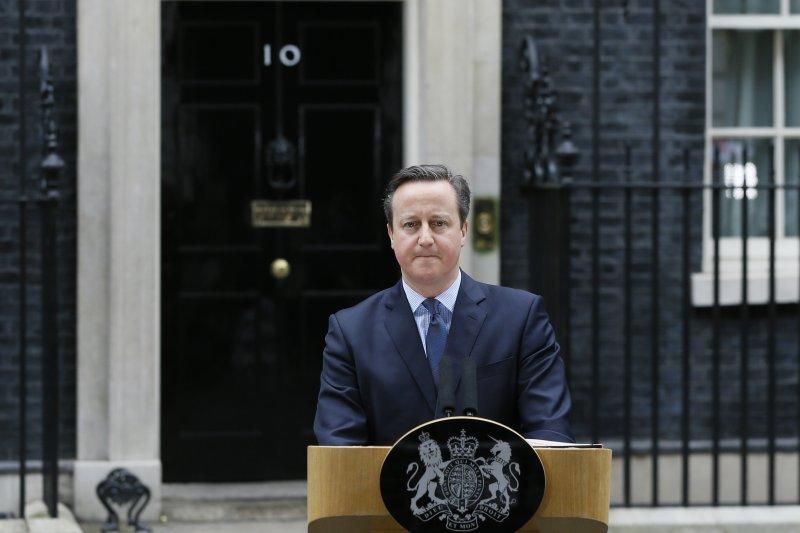 英國首相卡麥隆(David Cameron)在唐寧街10號(No 10 Downing Street)官邸前方布脫歐公投(美聯社)
