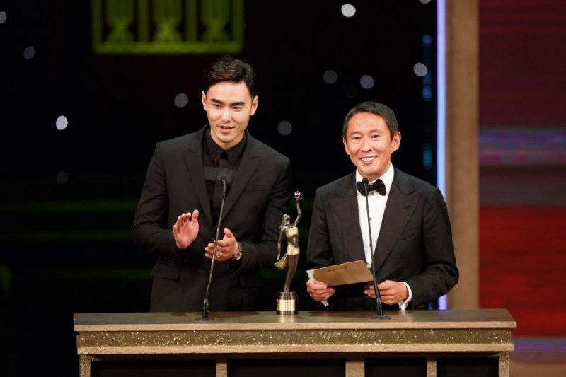 導演鈕承澤驚傳在性侵女工作人員,警方已依程序偵辦。圖為阮經天和鈕承澤(右)在34屆香港金像獎頒獎典禮。(資料照,取自香港電影金像獎 Hong Kong Film Awards臉書粉絲專業)
