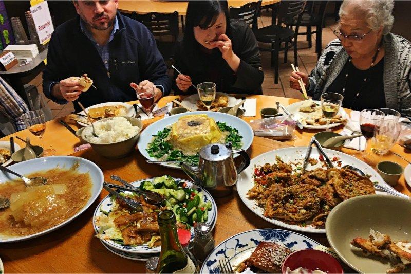 在紐約中國城,併桌也一併也迸出了文化火花。(圖/tomronworldwide@flickr)