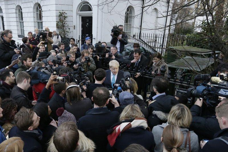 倫敦市長強森21日在倫敦自家門外向記者表示他將投身離歐陣營(美聯社)