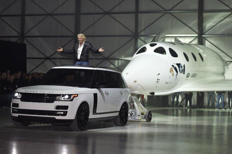 維珍集團總裁布蘭森引領新太空船現身(美聯社)