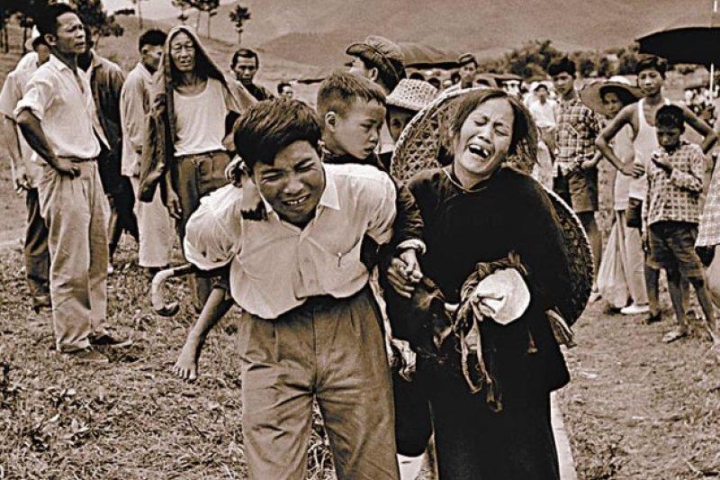 五月逃亡潮是中國歷史上的禁區之一,廣州出版的《大逃港》曾披露許多珍貴史料,圖為五月逃亡潮的經典照片,由於港府受不了狂潮般的逃港「難民」,於是大量遣送返陸,圖中一對被遣返回鄉的夫妻因此痛哭。(取自網路)