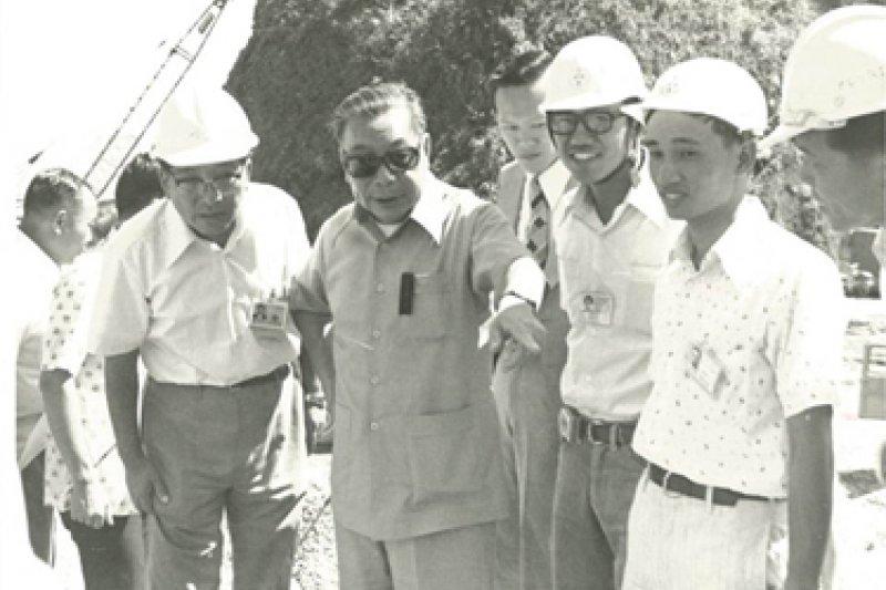 1973年,金庸首度受邀來台,並和時任副總統嚴家淦、行政院長蔣經國等人會面晤談。作為「未來的接班人」,蔣經國給金庸的印象並不差,但他也直言,蔣家父子的家長式領導仍為「人治」而非「法治」。圖為蔣經國視察十大建設工程進度。(取自榮民文化網)