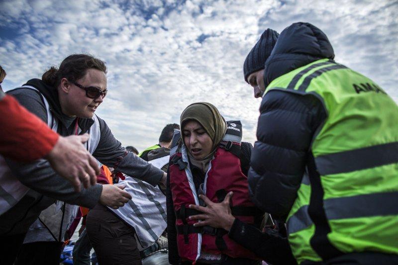 剛從希臘上岸的難民/移民(美聯社)