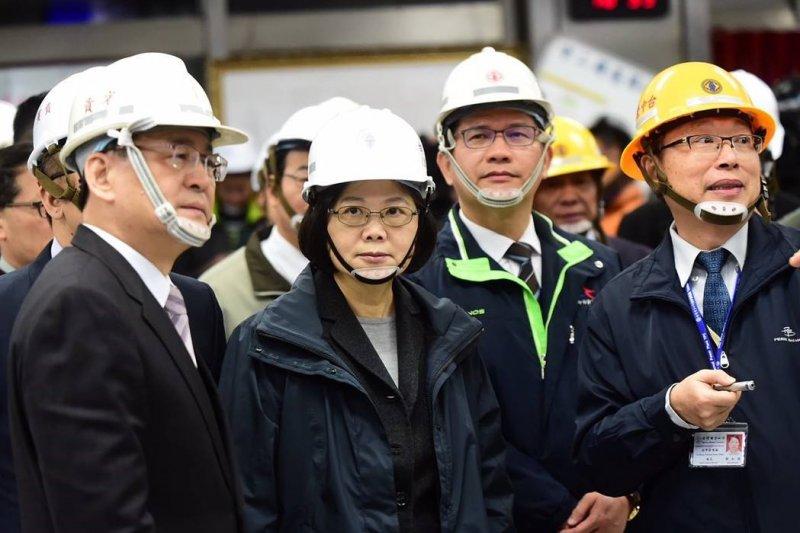 蔡英文26日參訪台中火力發電廠,肯定台電員工是「推動能源轉型,讓台灣更綠更乾淨、最重要的角色」。(取自蔡英文臉書)