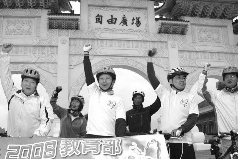 2015年6月「高中生反課綱運動」之際,年輕網友推崇杜正勝:是有史以來最好的教育部長!(時報出版提供)