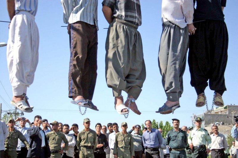 馬來西亞政府計畫全面廢死,而根據馬來西亞《刑法》規定,採用絞刑處死罪犯。圖為伊朗德黑蘭民眾觀看絞刑處決過程。(美聯社資料照)