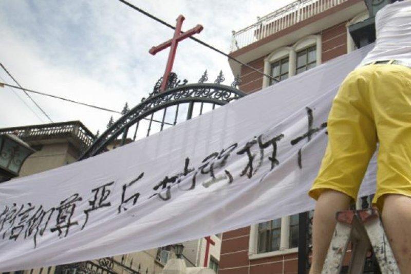 中國當局拆除教堂及移除十字架運動愈演愈烈。基督教徒站出來努力維權。(BBC中文網資料圖片)