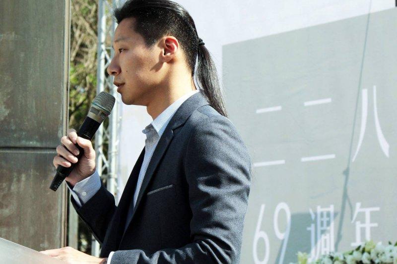 林昶佐28日參加二二八事件69周年紀念日儀式,朗讀導演郭晉汝利用多首閃靈樂團歌詞重製的重組詩《千年也萬年》。(圖片取自林昶佐 Freddy Lim 粉絲頁)