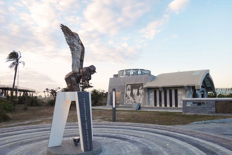 高雄市戰爭與和平紀念公園主題館與「飛鄉」紀念碑,也是余杰來台探索的民主景點之一。(Bunnyman17 /維基百科)