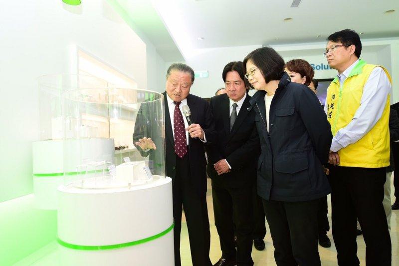 總統當選人蔡英文今天參訪台達電,台達電創辦人鄭崇華(左一)在場陪同。(民進黨提供)