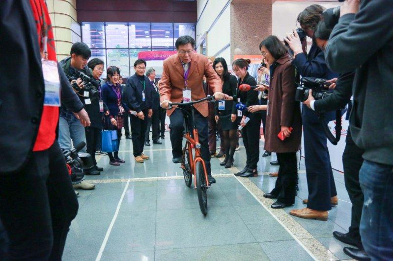 柯文哲29日出席2016全球自行車城市大會自行車展時指出,要發展自行車城市,台北市還有許多改善空間。(台北市政府提供)