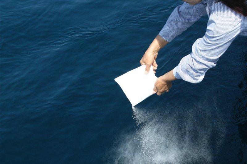 日本人身後偏好火葬,近年更盛行海葬,讓生命以最低污染的方式回歸海洋。(圖/志摩海葬)