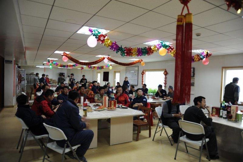 2月18日,中山站隊員一起吃年夜飯。(新華社)