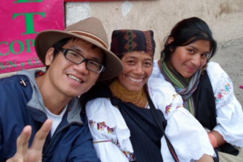 作者Terry在南美厄瓜多街頭學習印加帝國的古語──克丘亞語(圖/圓神提供)