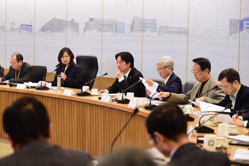 總統當選人蔡英文(左二)至台南科學園區繼續進行綠能科技產業參訪之旅,由台南市長賴清德等陪同,暢談能源理念。(取自蔡英文臉書)