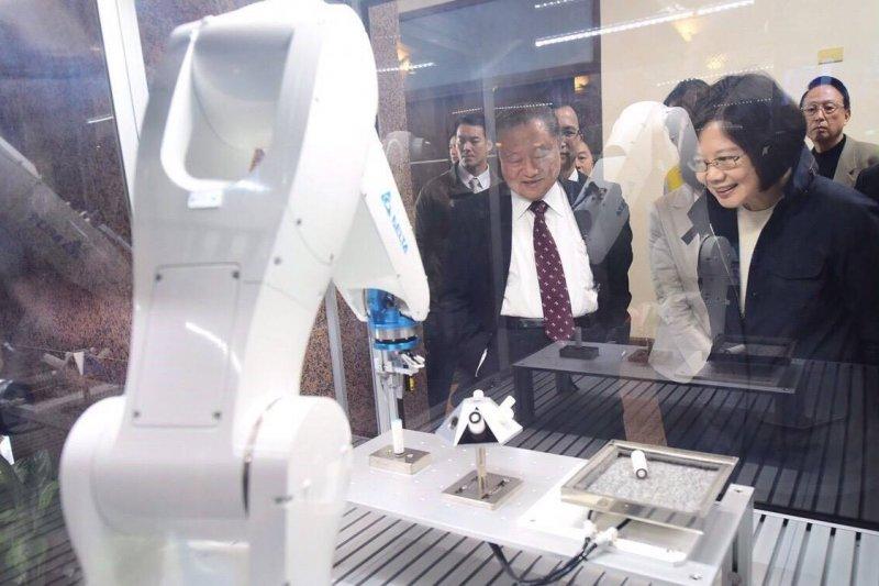 總統當選人蔡英文(右)參觀機械系統,暢談能源理念。(取自蔡英文臉書)