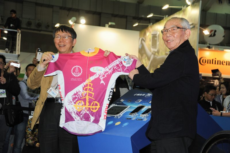台北市長柯文哲3日出席捷安特雙塔圓夢活動,加碼捐出挑戰兩次的自行車衣,圖為與捷安特創辦人劉金標合影。(林俊耀攝)