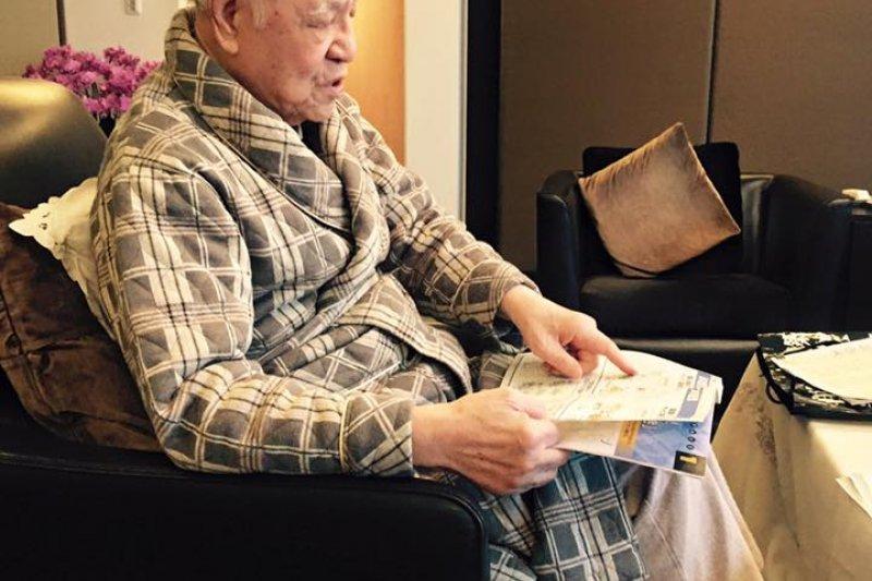 李登輝家中充滿物聯網相關書籍與雜誌,讓謝金河驚訝不已。(取自謝金河臉書)