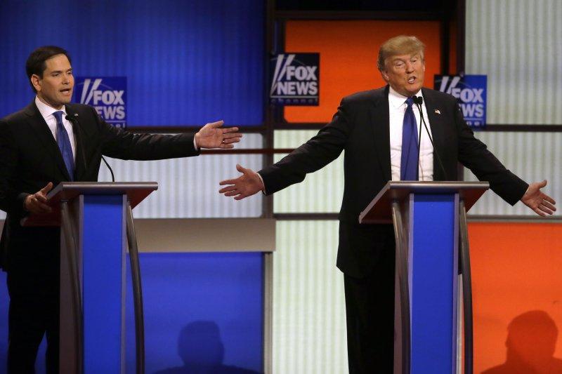 美國共和黨3日舉行黨內辯論,川普(右)照例仍成眾矢之的。(美聯社)