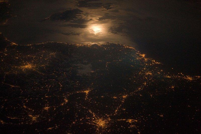本書作者聚焦於歐洲——這個在世界上延續五百多年的文化重鎮上,審視這個地區最根本也最迷人的基礎文化。圖為法國和義大利一帶的高空空拍。(取自維基百科)