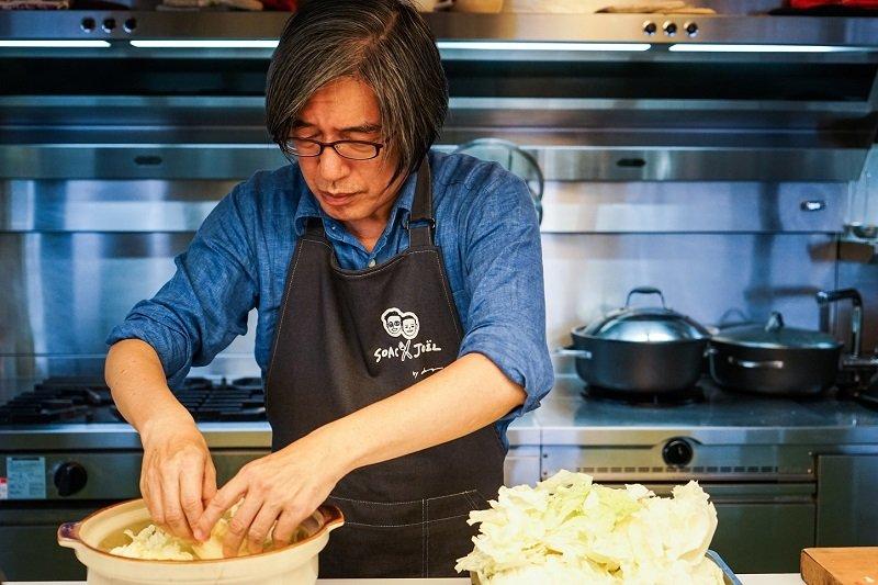 詹宏志洗手做羹湯,重現「宣一宴」。(攝影:高琹雯/新經典提供)