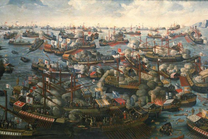 地中海是世界上最古老的海之一,它既性感且誘人,但在溫和氣候及迷人美景的表面下,仍然藏著暴力的因子。圖為1571年的勒班陀戰役,最後由西班牙、威尼斯等國組成的「神聖同盟」打敗了鄂圖曼土耳其帝國(取自維基百科)