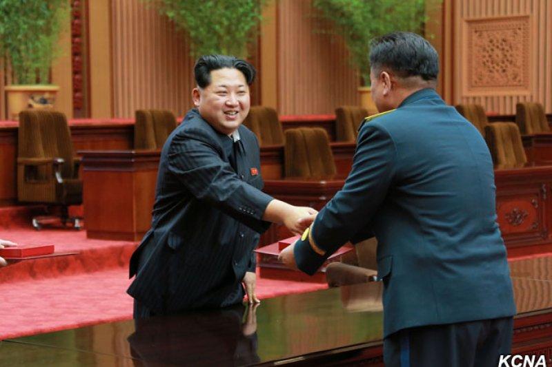 金正恩表揚發發射「光明星四號」衛星有功人員(朝中社)