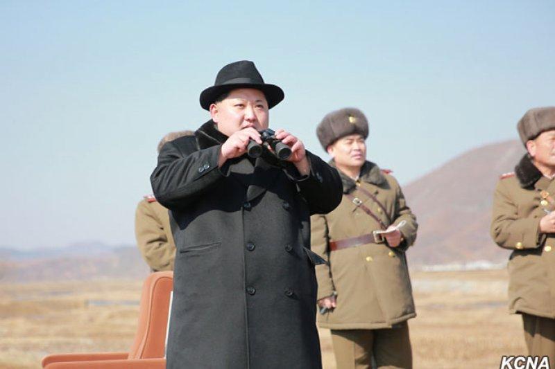 金正恩日前觀摩北韓人民軍航空與防空軍戰鬥飛行員檢查飛行訓練(朝中社)