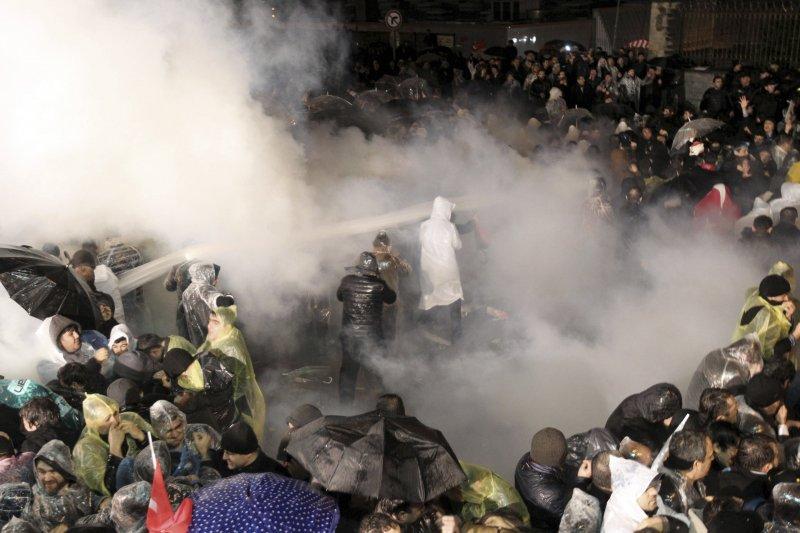 《土耳其時報》遭政府接管,警方祭出催淚瓦斯對付抗議民眾。(美聯社)