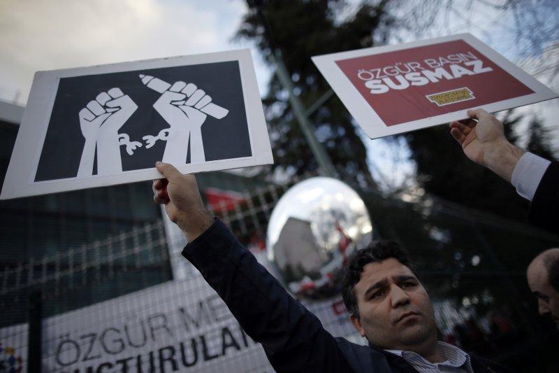 《土耳其時報》的支持者在街頭舉牌抗議政府干涉新聞自由。(美聯社)