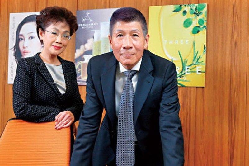 呂恩政(右)與妻子鄭娟芳當年為解決父親的財務危機,一肩扛起東方美的美妝品牌代理,如今是台灣此領域僅存少有的獨資代理商。(攝影者.賴建宏)