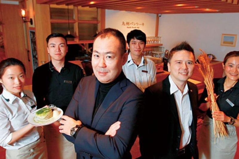 餐飲門外漢蔡景明(右2)操盤日本鬆餅小店,1 年之內在台連開兩家,滿席率達9 成。(攝影者.楊文財)