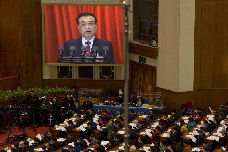 中國重回強力財政政策之路以支撐經濟,人民幣可望穩定,圖為李克強對全國人大進行工作報告。(資料照片,美聯社)