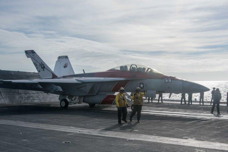 美軍的F/A-18F超級大黃蜂4日準備從史坦尼斯號航空母艦起飛,執行例行的飛行任務。(美國海軍官網)