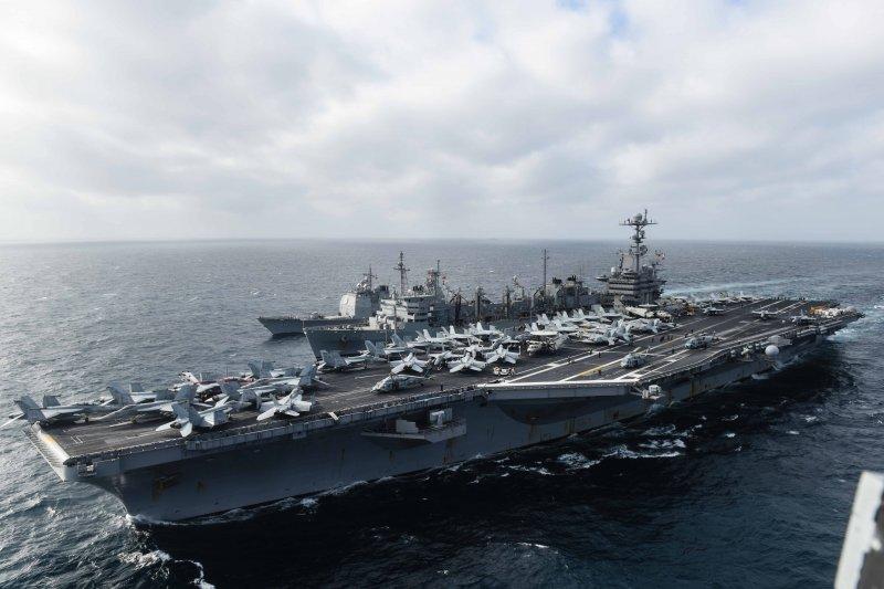 美軍的史坦尼斯號航空母艦4日在南海巡弋,在一旁伴航的是莫比爾灣號(USS Mobile Bay CG-53)提康德羅加級飛彈巡洋艦,以及雷尼爾號(USNS Rainier T-AOE-7)快速戰鬥支援艦。(美國海軍官網)