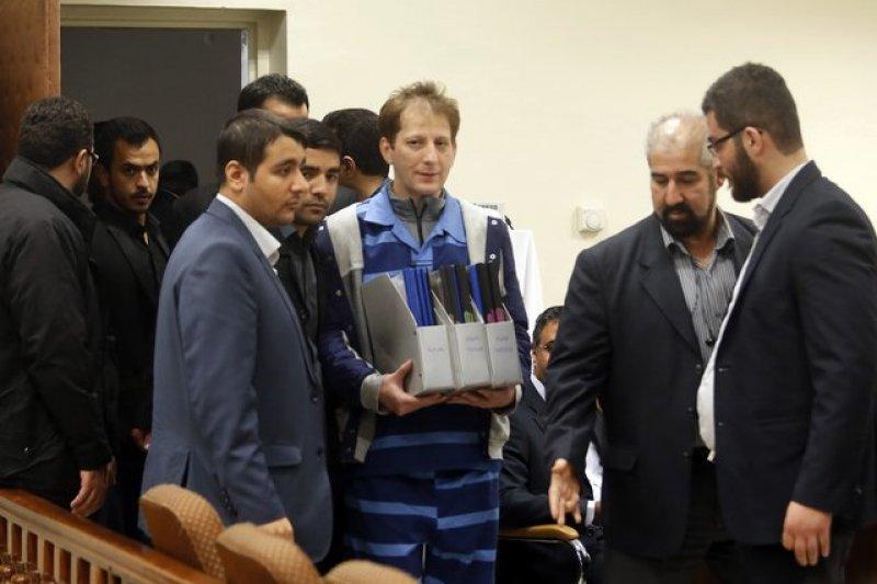 被指控侵占公款的伊朗富賈詹雅尼(藍衣者),5日遭伊朗法院判處死刑。(取自推特)