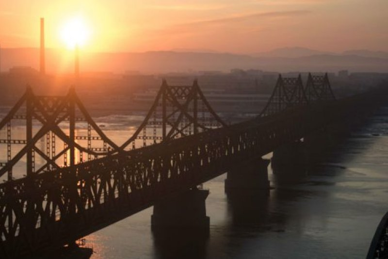 連接平安北道新義州與遼寧丹東的鴨綠江大橋是中國北韓貿易至關重要的渠道。(BBC中文網)