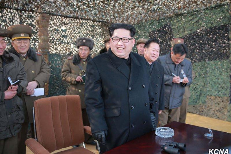 金正恩3月初親自視察新型大口徑火箭砲試射。(朝中社)