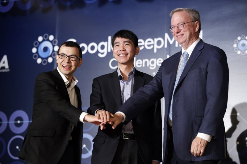 韓國著名九段棋手李世石(中)、谷歌董事長兼首席執行官施密特(右)、谷歌DeepMind公司CEO哈撒比斯8日在首爾先禮後兵。(美聯社)