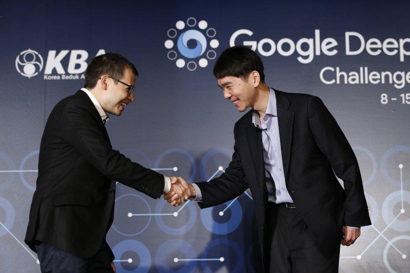 南韓著名圍棋九段棋手李世石與DeepMind公司CEO哈薩比斯賽前握手致意。(美聯社)
